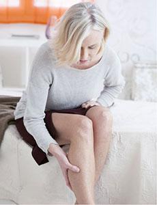 Frau mit Schmerzen in der Wade, Thrombose